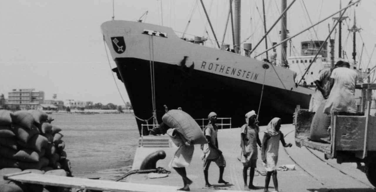 Dockers-loading-bagged-cargo-1960-Port-Sudan